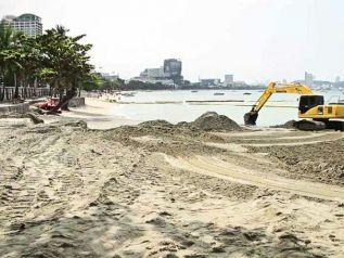 Власти Паттайи усомнились в качестве нового пляжного песка