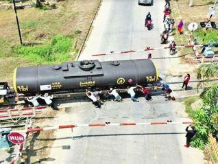 Вызывайте слонов! Поезд встал поперёк дороги в сад Нонг-Нуч