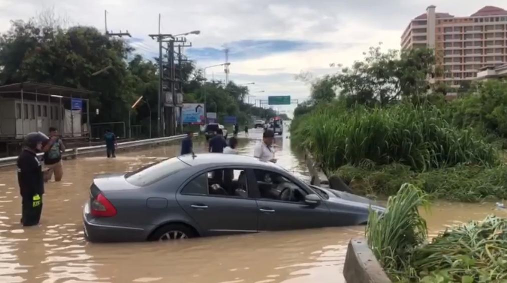 В Паттайе затопило автомобиль с пассажирами в результате наводнения