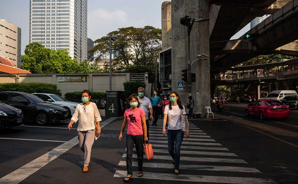 «Пыталась чихнуть»: в Таиланде служащий «расстрелял» посетительницу дезинфектором