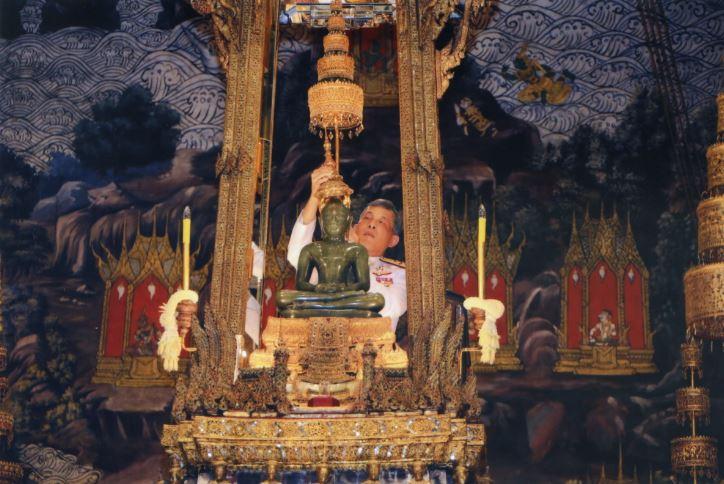 Его Величество Король сменил одеяние Изумрудного Будды в знак начала сезона дождей