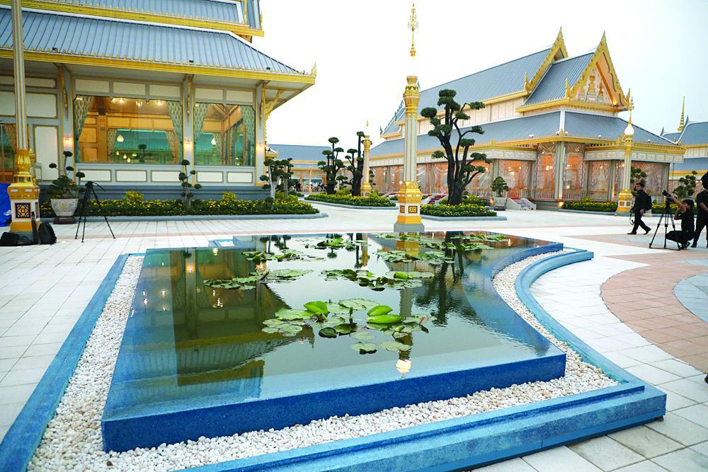 Воссоздание Небесного Сада в Санам Луанге. Королевский крематорий, символизирует гору Пхра Сумеру, священную гору богов в буддийской космологии, олицетворяя самые высокие тайские искусства и архитектуру