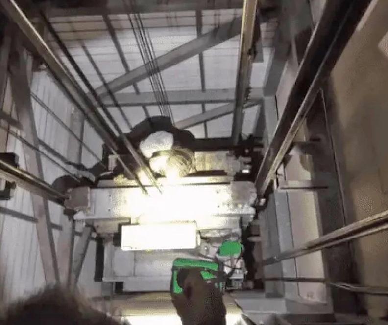 В Чонбури мужчина упал в шахту лифта