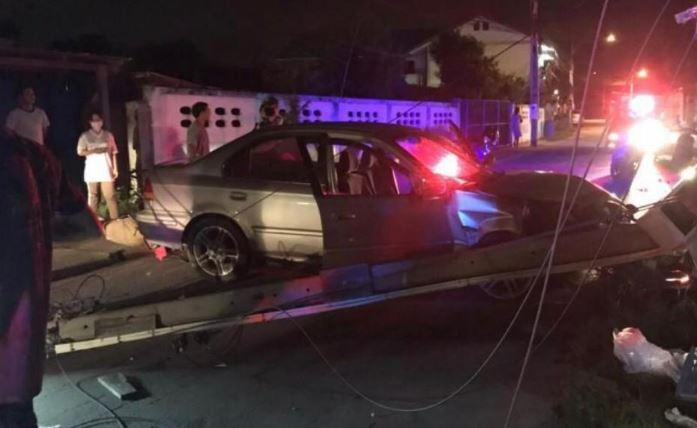 Пьяный водитель автомобиля столкнулся с мотоциклом и сбил электрический столб