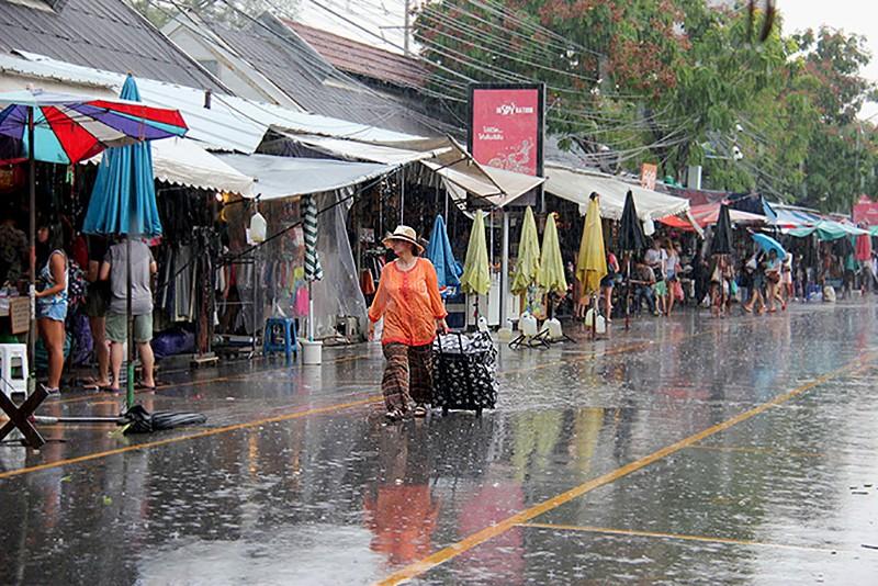Сильные ливни и шторма на большей части Таиланда