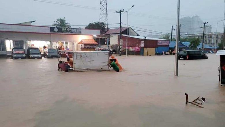 В Сиануквиле сильные дожди привели к затоплению города
