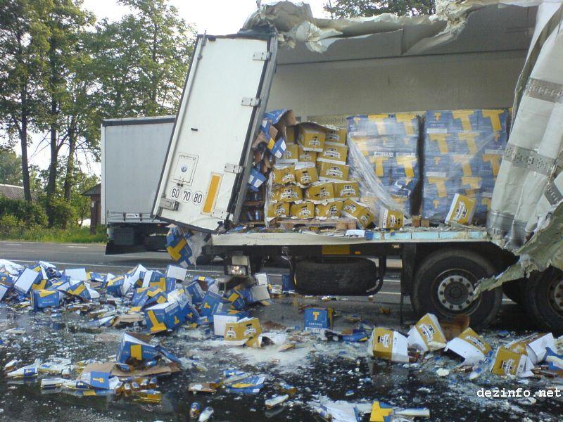 Грузовик растерял упаковки с пивом на дороге в Рассаде