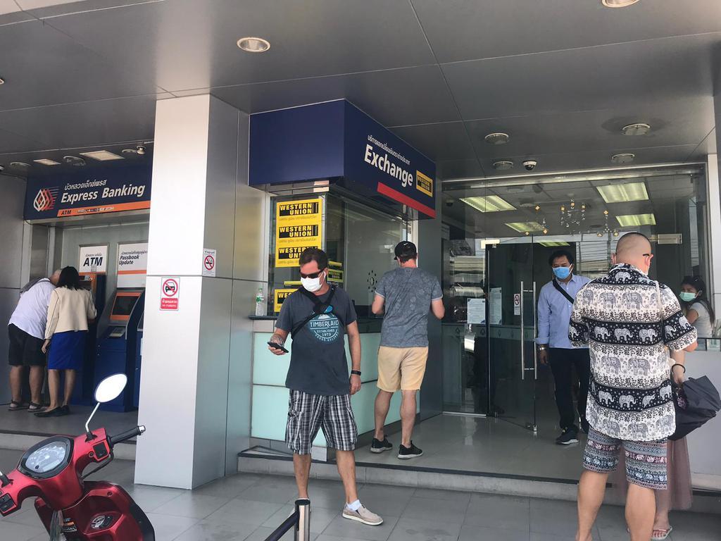 Тайцы штурмуют банки страны, желая получить 5 тысяч батов