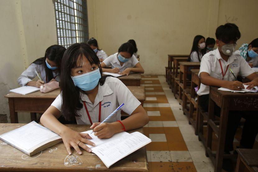 Из-за коронавируса в школах Камбоджи отменили выпускные экзамены