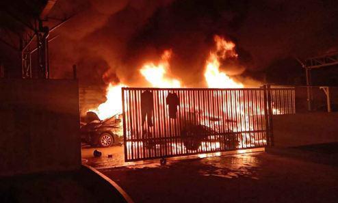 Пожар в Бангкоке уничтожил 15 роскошных авто
