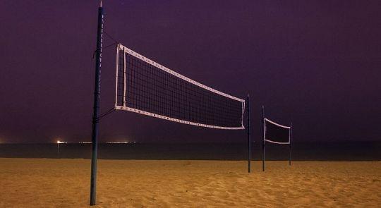 На пляже в Кароне устанавливают освещение для ночного волейбола