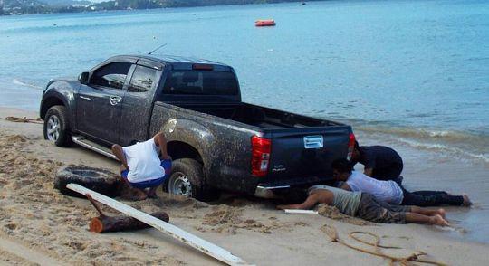 Застрявший на пляже пикап вытаскивали из песка семь часов