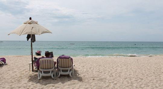 Власти Пхукета подтвердили запрет на пляжные лежаки