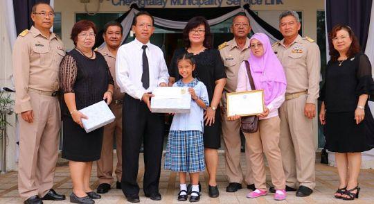 На Пхукете наградили школьницу, вернувшую женщине потерянный кошелек