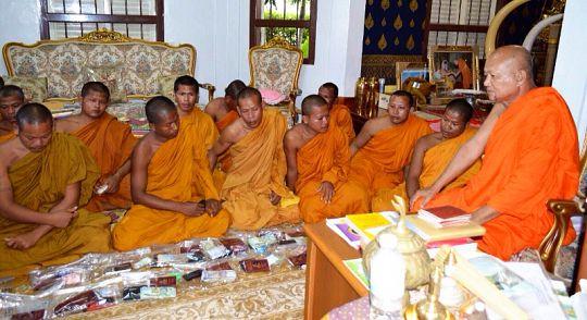 Буддийских монахов-коррупционеров в Таиланде лишили сана