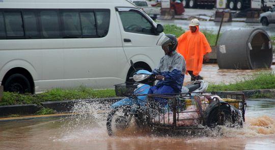 Число жертв наводнений на юге Таиланда выросло до 80 человек