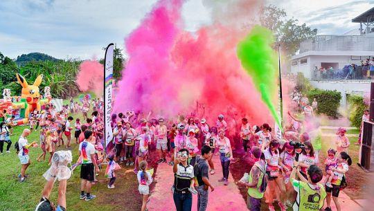 Ежегодный красочный забег состоялся на Пхукете