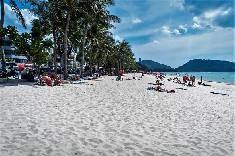 На троих не соображать: туристы арестованы на пляже Пхукета за распитие спиртных напитков группой более 2-х человек