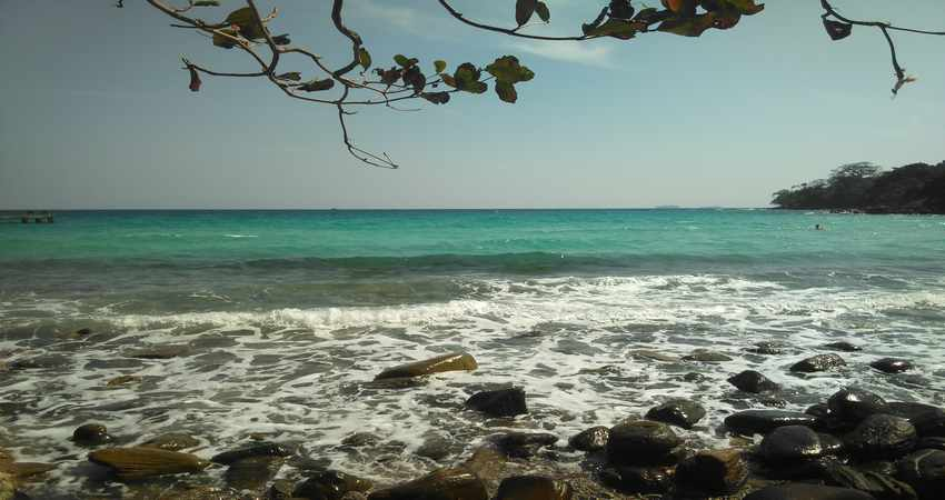 Таинственный остров Ко Дамлонг.         Остров расположен на расстоянии 60 километров от материковой части Камбоджи, в стороне от морских путей