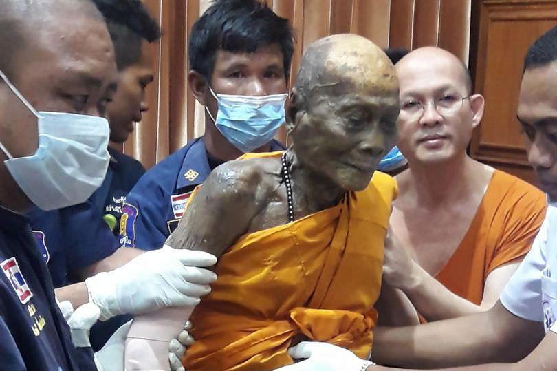 Буддийские монахи эксгумировали труп учителя и увидели, что он улыбается
