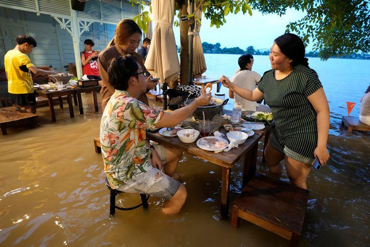 В Таиланде открылся ресторан, который работает только во время подтоплений
