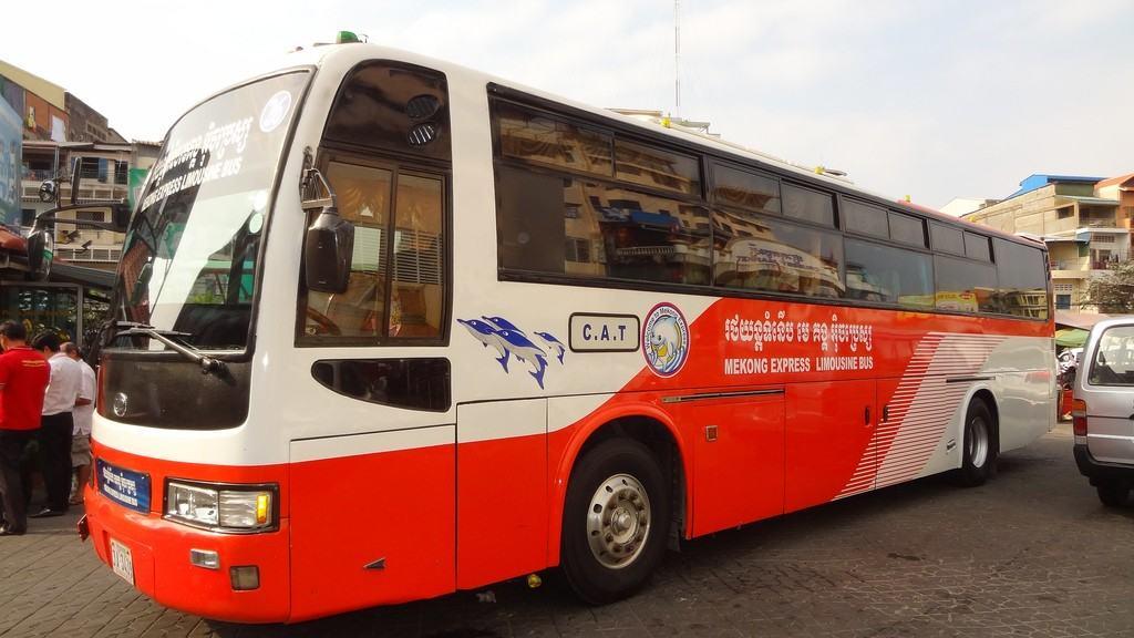 Китай безвозмездно передал Камбодже 100 автобусов