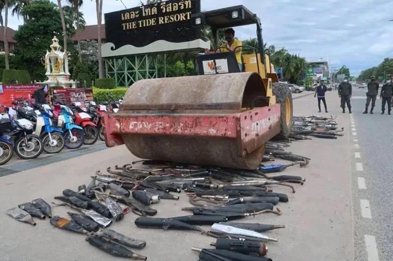 В Паттайе устроили публичное уничтожение мото-модификаций