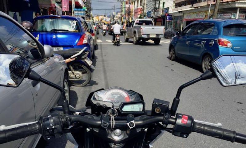 На иностранца на скутере упали провода, оборванные бетономешалкой
