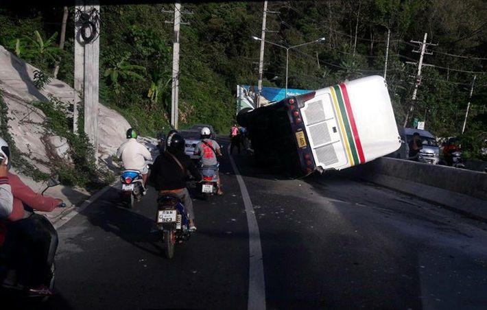 На перевале в Чалонге автобус вылетел с дороги