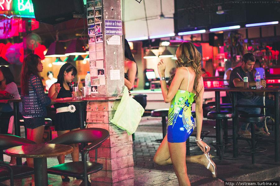 Развлекательные заведения на Бангла-Роуд постепенно возвращаются к работе, функционируя как рестораны