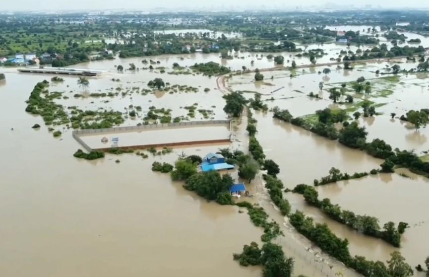 Сильное наводнение в Камбодже продолжает уносить жизни