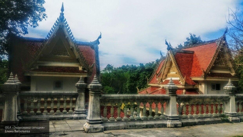 Туристка забралась в буддистское святилище и материла прохожих