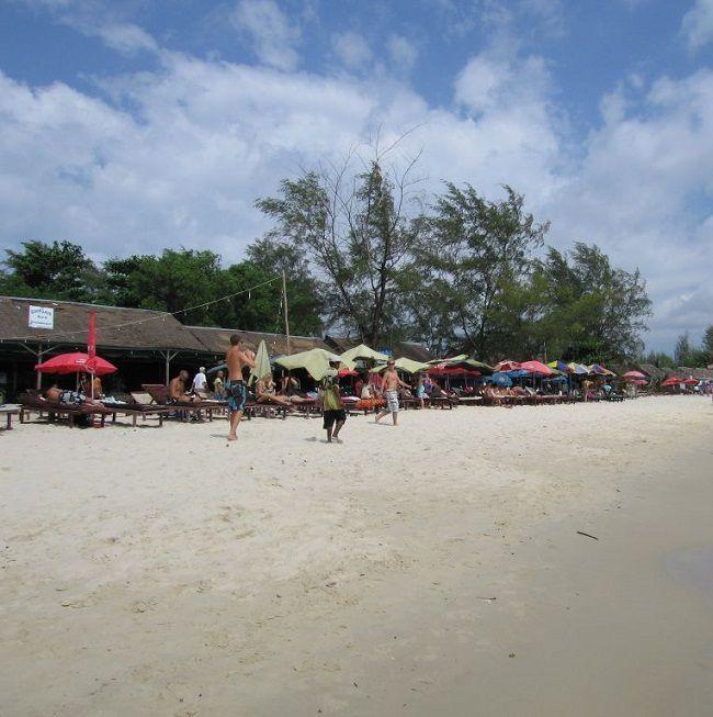 Пляж Окчютеал в Сиануквиле — длинная и достаточно узкая благоустроенная пляжная полоса, обрамленная казуаринами