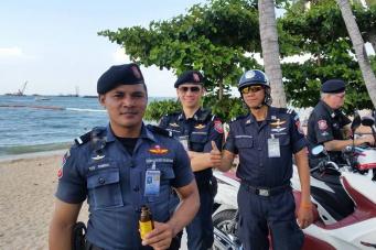 Туристическая полиция Паттайи заботится о безопасности участников парада на центральной Набережной города.