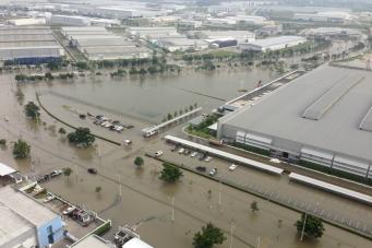 Наводнение грозит закрытием предприятиям Таиланда (Flooding threatens closure of businesses in Thailand)