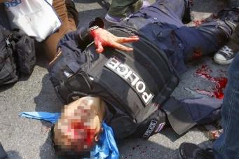 Бангкок - 50 человек ранено, один полицейский убит.