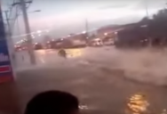 Видео: тайцы используют затопленные улицы как трассы для гонок на гидроциклах