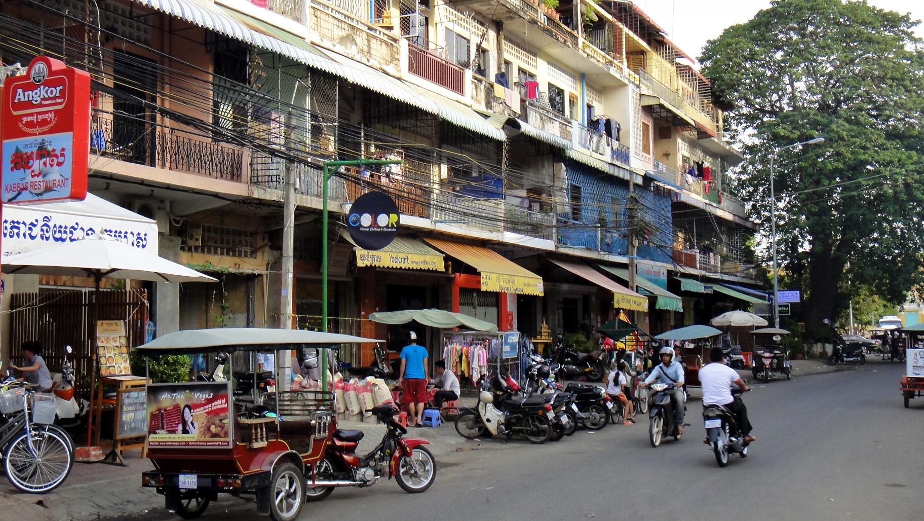 Иностранцам в Камбодже обещают бесплатные прививки от COVID-19