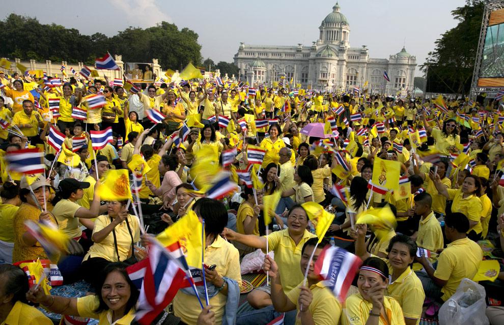 Правительство призвало тайцев в июле отдать предпочтение желтой одежде
