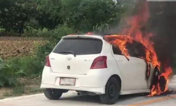 Водитель чудом выбрался из горящей машины в Чонбури