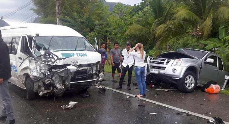 Микроавтобус «Pegas Touristik» с россиянами протаранил 2 автомобиля в Таиланде