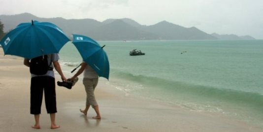 Сезон дождей в Таиланде: пассажиры рейса Пхукет — Москва попали под дождь прямо в салоне самолета