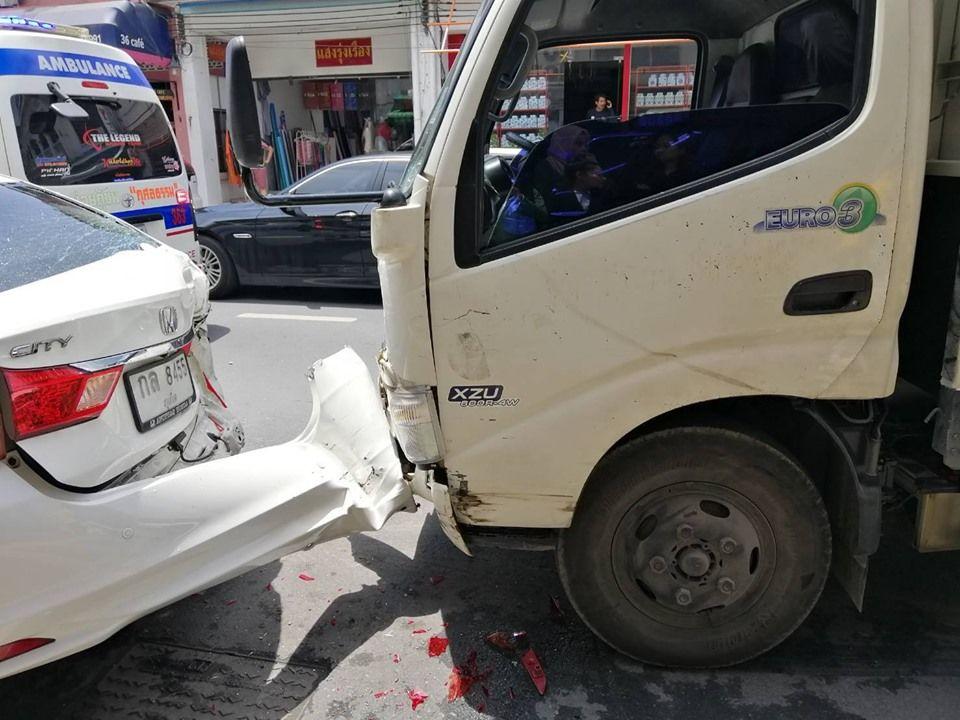 В Пхукет-тауне грузовик протаранил 6 припаркованных автомобилей: один человек пострадал
