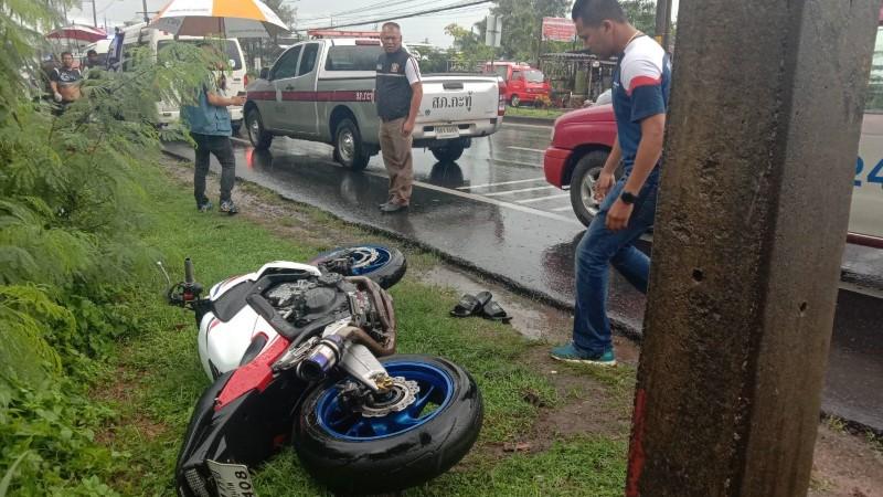 Молодой мужчина разбился на мотоцикле на мокрой дороге в Кату