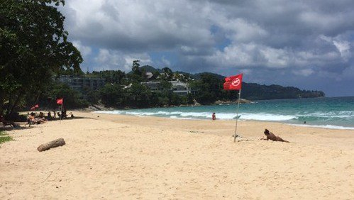 Красные флаги на пляжах Пхукета предупреждают об опасности
