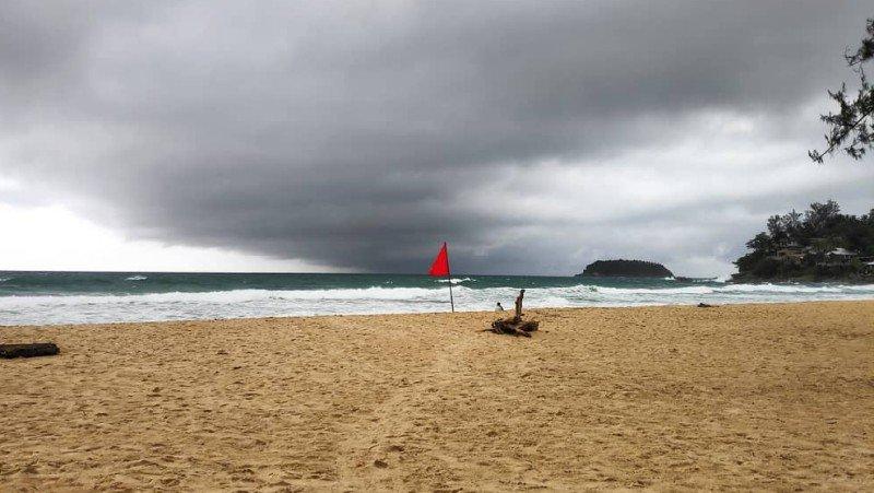 Жителей Пхукета предупреждают о подводных течениях и высоких волнах