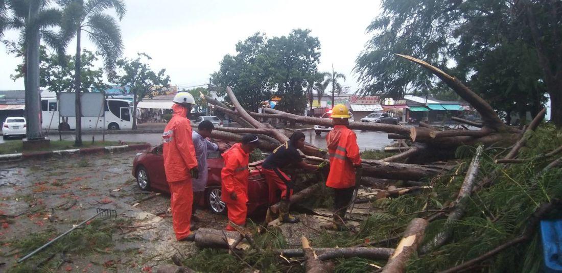 Сильный дождь повредил автомобили и дом в разных районах Пхукета