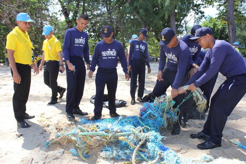 За выходные на пляже Най-Янг собрали почти тонну мусора