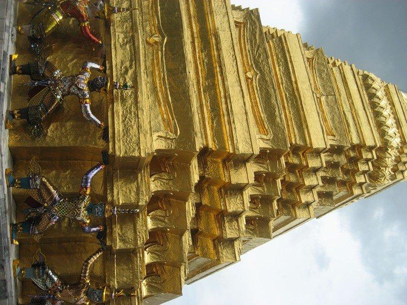 "В Таиланде рухнула пирамида ""Forex- 3D"", 30'000 вкладчиков потеряли 4 млрд бат"