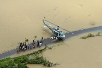 Пилоты ВВС Таиланда - помощь при наводнении